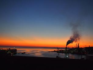 工場群と夕景の写真素材 [FYI00200577]