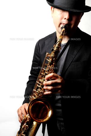 サックスを演奏する男性の写真素材 [FYI00200582]