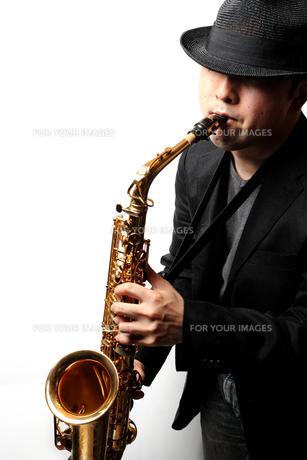 サックスを演奏する男性の写真素材 [FYI00200591]