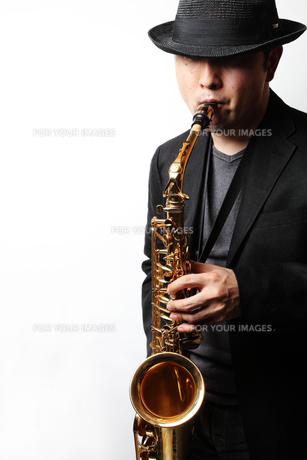 サックスを演奏する男性の写真素材 [FYI00200599]