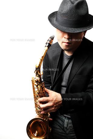 サックスを演奏する男性の写真素材 [FYI00200600]