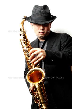 サックスを演奏する男性の写真素材 [FYI00200605]