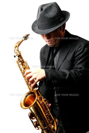 サックスを演奏する男性の写真素材 [FYI00200607]