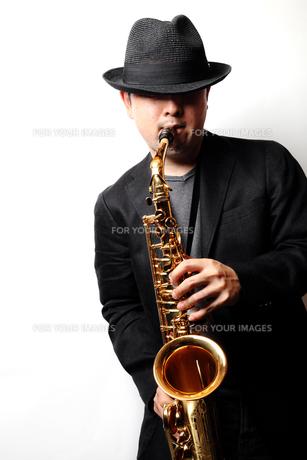 サックスを演奏する男性の写真素材 [FYI00200608]