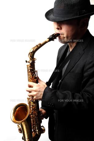 サックスを演奏する男性の写真素材 [FYI00200609]