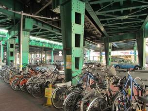 ガード下の自転車置き場の素材 [FYI00200729]