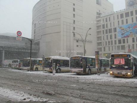 雪の日のバスターミナルの写真素材 [FYI00200755]