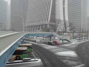 雪の日の西新宿の写真素材 [FYI00200765]