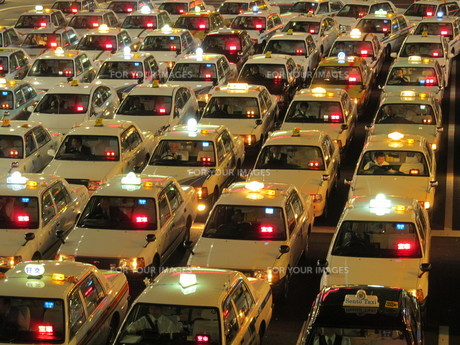 夜のタクシーの写真素材 [FYI00200784]