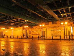 ランプが光るガード下の写真素材 [FYI00200792]