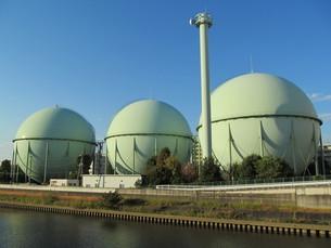 川沿いのガスタンクの写真素材 [FYI00200798]
