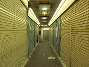 シャッター街の写真素材 [FYI00200811]