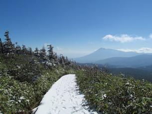 八幡平の遊歩道と岩手山の写真素材 [FYI00200908]