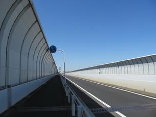 フェンスに覆われた道の素材 [FYI00200948]