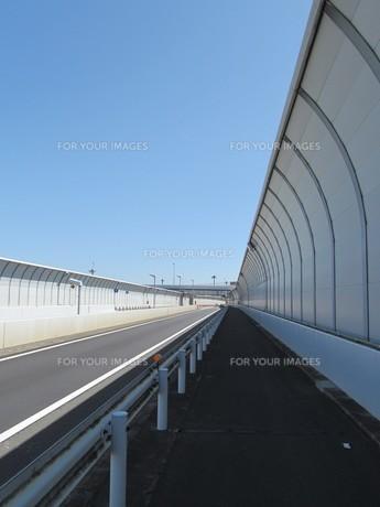 フェンスに覆われた道の素材 [FYI00200965]