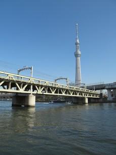 東京スカイツリーと鉄橋の写真素材 [FYI00200993]