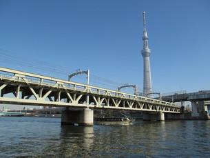 東京スカイツリーと鉄橋の写真素材 [FYI00200999]