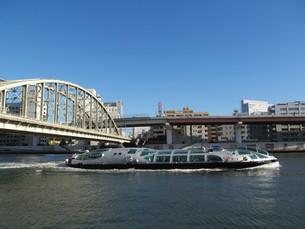 隅田川の鉄橋と船の写真素材 [FYI00201013]