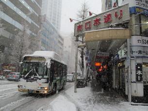 雪の日の商店街とバスの写真素材 [FYI00201027]