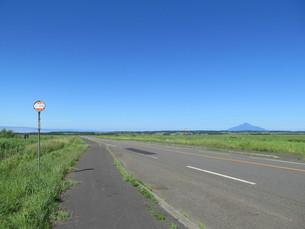 サロベツ原野の道路の写真素材 [FYI00201096]