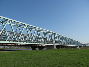 河川敷と鉄橋の写真素材 [FYI00201237]