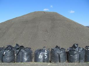 砂山と黒い砂袋の写真素材 [FYI00201478]