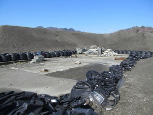 砂山と黒い砂袋の写真素材 [FYI00201486]