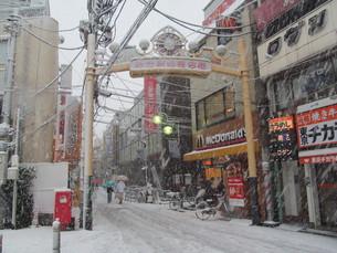 雪の商店街の写真素材 [FYI00201571]