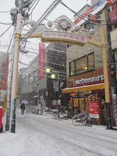 雪の商店街の写真素材 [FYI00201574]