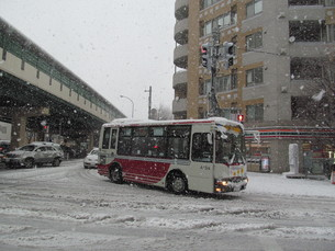雪道のバスの写真素材 [FYI00201575]