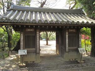 哲学堂公園の門の写真素材 [FYI00201576]