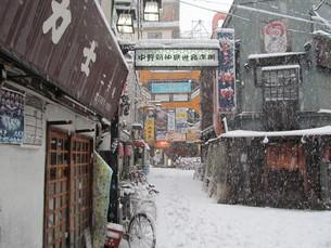 大雪の商店街の写真素材 [FYI00201579]