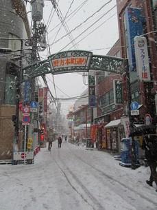 雪の商店街の写真素材 [FYI00201583]