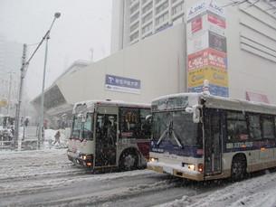 雪道のバスの写真素材 [FYI00201594]