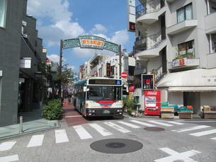 商店街の看板とバスの写真素材 [FYI00201628]