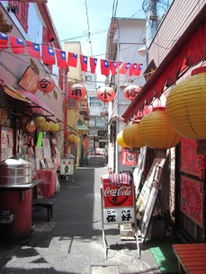 横浜中華街の路地の写真素材 [FYI00201905]
