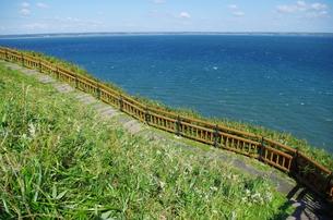 海と遊歩道の坂の写真素材 [FYI00201937]