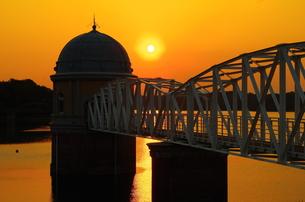 夕陽と取水塔のある湖の素材 [FYI00201979]
