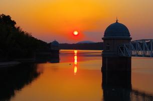 多摩湖と夕日の素材 [FYI00201983]