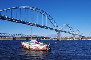 橋と小舟の写真素材 [FYI00202000]