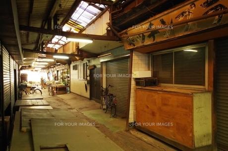 屋根のある古い商店街の素材 [FYI00202019]