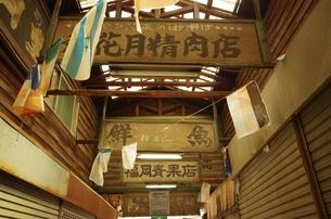 古い看板のある商店街の素材 [FYI00202020]