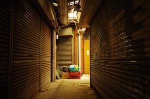 薄暗いシャッター街の素材 [FYI00202027]