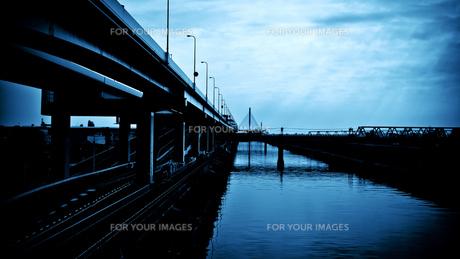 首都高と線路、川の交差の写真素材 [FYI00202198]