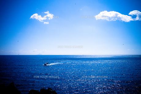 海とボートの写真素材 [FYI00202206]