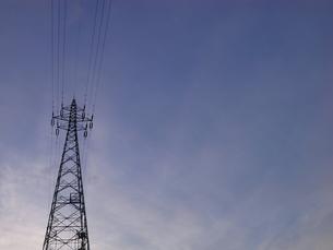 夕暮れの送電塔の素材 [FYI00202239]