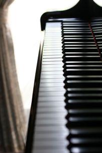 逆光のピアノ鍵盤の写真素材 [FYI00202371]