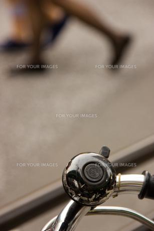 自転車のベルと女性の影の写真素材 [FYI00202379]
