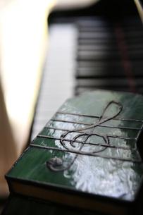 窓辺のピアノ・ト音記号の写真素材 [FYI00202392]