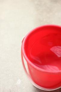 赤いバケツの写真素材 [FYI00202395]